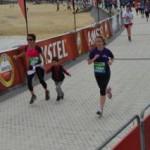 Runnerica corriendo cruzando meta con su camiseta morada por el Reto Dravet