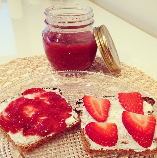 Tostadas de pan de espelta integral con fresas